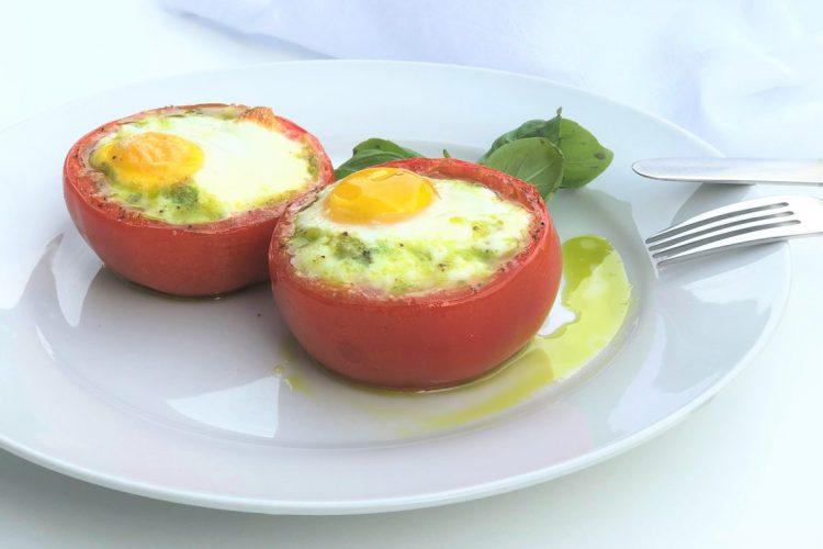"""Ei in der Tomate - Nachgekocht aus dem Kochbuch """"Paleo Power Every Day"""". Paleo Rezept mit Ei und Tomate"""