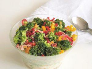 Brokkolisalat-mit-Paprika-und-Schinken