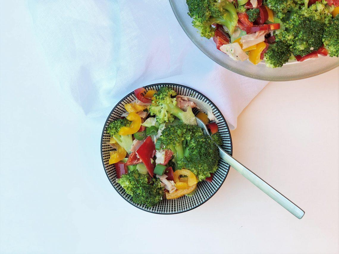 Brokkolisalat mit Paprika und Schinken paleo