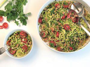 Zucchininudel-Salat-asiatisch-mit-Hackfleisch-köstlich-einfach-schnell-gesund-paleo-lowcarb-ketogen-kleingenuss.de-rezept