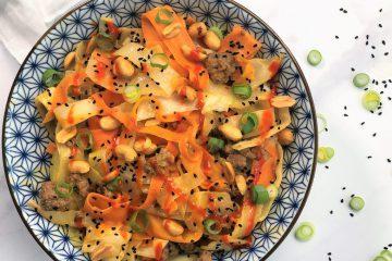 Asiatische-Kohlpfanne-mit-Hackfleisch-Erdnusssosse-Rezept-Kohl-schnell-einfach-Karotten-Weisskohl