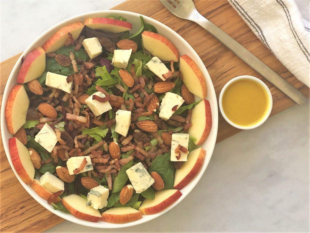 Herzhafter-Salat-mit-Speck-und-Gorgonzola--Mandeln-Rosinen-Apfel-köstlich-herzhaft-lecker-einfach-schnell-kleingenuss-Rezept