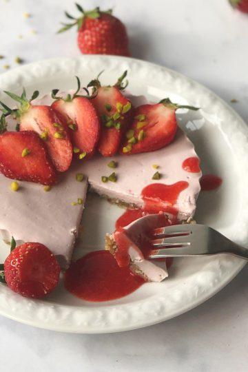 Veganer-Käsekuchen-Cheesecake-Erdbeer-Nüsse-paleo-vegan-Kokosmilch-getreidefrei-glutenfrei-Kuchen-Dessert-Rezept-einfach-lecker