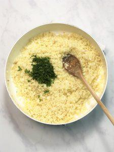 Blumenkohl-Blumenkohlreis-lowcarb-getreidefrei-ohne Getreide--keto-paleo-kalorienarm-kohlenhydratarm-Alternative-Diät-gesund-Ernährung-glutenfrei-einfach-schnell-Reisalternative-vielseitig-kleingenuss-rezept