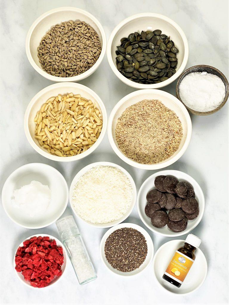 Knuspermüsli, Granola, zitronig, Erdbeeren, Schokolade, getreidefrei, keto, ketogen, paleo, vegan, knusprig, einfach, schnell, Rezept, low carb, frühstück, müsli, gesunde Nascherei, kleingenuss.de