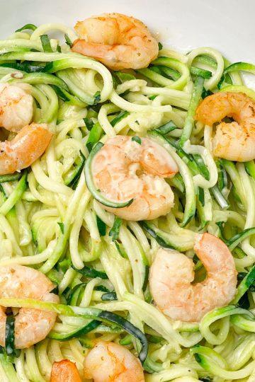 Rezept-low carb-lowcarb -ohne Getreide -getreidefrei-glutenfrei -diät-abnehmen-diät Rezepte-kohlenhydratarme Rezepte-Garnelen-ketogene Ernährung-keto, zoodles-zucchini-zucchininudeln-sahnesauce-Trüffelöl-Parmesan-Käsesauce-käse sahne sauce-Fischgericht-low carb rezept-schnell-einfach-köstlich-für Gäste