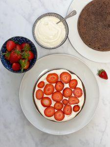 Erdbeer- Erdbeer Schokoladen Kuchen-Erdbeer Schokoladen Torte-Erdbeerkuchen-Schokoladenkuchen-Schokoladen Torte - Schokadentorte-Schokolade-Kuchen-Torte-Rezept-low carb-keto-ketogen-clean-eating-gesund-ohne Mehl-ohne Zucker-köstlich-einfach-kohlenhydratarm-lowcarb gebäck-lowcarb kuchen-lowcarb torte-keto kuchen-keto torte-kleingenuss.de-Muttertag-Sommerfrüchte-Pfingsten-Vatertag-ketogene ernährung-Keto-Dessert-Nachtisch-Süßigkeit-gesund-ohne Getreide-getreidefrei-glutenfrei-zuckerfrei-naschen ohne Reue-gesunde Süssigkeit-gesunder Kuchen-Erythrit-Mandeln-Erdbeersaison-Kuchen für Gäste